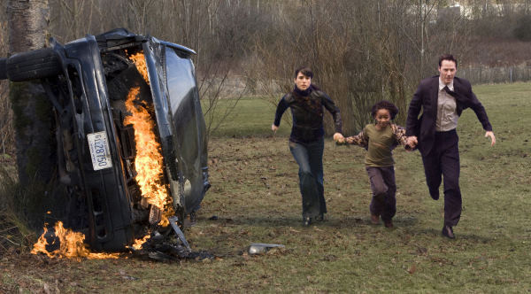 Helen Benson (Jennifer Connelly, left), her stepson Jacob Benson (Jaden Smith) and Klaatu (Keanu Reeves) race to stop an imminent global catastrophe.